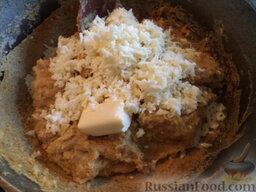 Мамалыга по-молдавски: В готовую мамалыгу добавляют тертый сыр и сливочное масло.