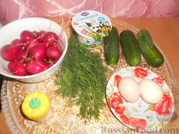 Салат из редиса с огурцами и со сметаной: Подготовить ингредиенты для приготовления салата из редиса с огурцами и сметаной.