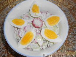 Салат из редиса с огурцами и со сметаной: Украсить салат из редиса с огурцами дольками крутых яиц.