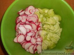 Салат из редиса с огурцами и со сметаной: Смешать в глубокой миске огурцы и редис.