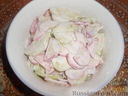 Салат из редиса с огурцами и со сметаной: Салат из редиса с огурцами и со сметаной готов! Уложить в салатник горкой.