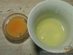 Блины на опаре: Отделить желтки от белков.