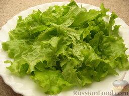 Салат «Цезарь» простой: Листья салата предпочтительнее рвать руками, чем резать ножом.