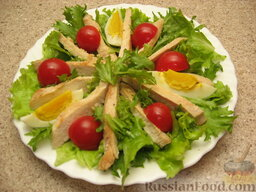 Салат «Цезарь» простой: С яркими помидорами и разрезанными на дольки яйцами салат красивее. И вкуснее.