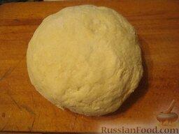 Бабушкины рогалики: Тесто вымесить, скатать из него три или четыре шара и положить в морозилку на час - другой.