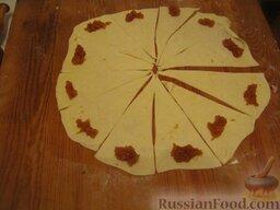 Бабушкины рогалики: Каждый разрезать пополам, затем еще раз пополам, и т.д., пока не разделите на восемь-десять частей. Полученные лепестки смазать повидлом.