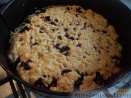 Пирог «Гости звонили - ставь чайник!»: Выпекать пирог в заранее разогретой духовке при температуре 200 градусов примерно 20 минут (следить за румяностью пирога).