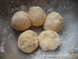Пирог «Гости звонили - ставь чайник!»: Разделить тесто на пять колобков. (Можно поместить тесто в морозильную камеру минут на 10.)