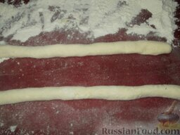 Вареники ленивые: Посыпать мукой доску.  Творожное тесто выкладывают на посыпанную мукой доску и делают из теста колбаску толщиной около 2 см.