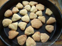 Печенье из творога: Печенье из творога выпекают в духовке при 180 градусах до золотистого цвета (около 15-20 минут).