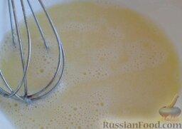 Печенье из творога: Яйцо взбивают.