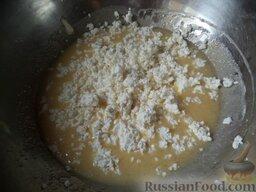 Печенье из творога: Затем добавляют взбитое яйцо и, продолжая месить, соединяют с протертым творогом.