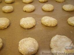 """Печенье из овсяных хлопьев """"Геркулес"""" и творога: Лепешки из геркулеса с творогом смазывают сметаной, посыпают сахаром.    Печенье из овсянки с творогом выпекают в духовке на средней полке 20 минут при температуре 190 градусов."""