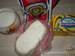 Печенье из творога: Подготовить продукты для печенья из творога.    Внимание! Если у вас жирный (домашний) творог, маргарина возьмите на 100 г меньше, а муки на 0,5 стакана больше, чтобы тесто можно было раскатать!