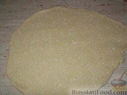 Печенье из творога: Включить духовку.    Раскатать тесто на доске толщиной 5 мм