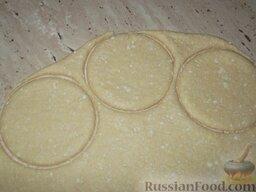 Печенье из творога: Стаканом или чашкой вырезать кружочки.