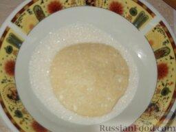 Печенье из творога: Можно посыпать их сахаром. А можно сахар насыпать в тарелку и обмакивать каждый кружочек в сахар.