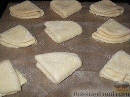 Печенье из творога: И еще раз пополам, чтобы получились треугольники, положить на противень.